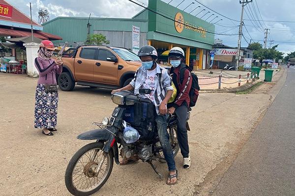 Hai anh em đi bộ từ Bình Dương về Đắk Lắk, dọc đường được tặng xe máy - Ảnh 3.