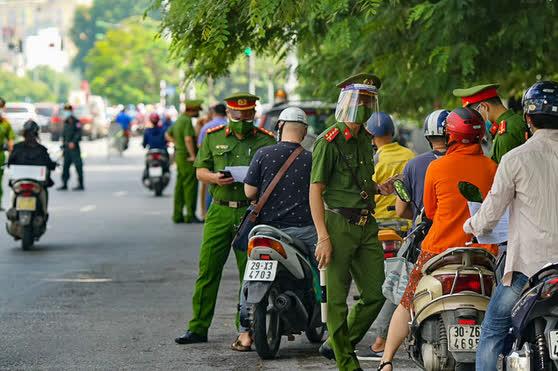 Hà Nội: Nam thanh niên tự làm giấy đi đường giả để qua mặt lực lượng chức năng - Ảnh 2.