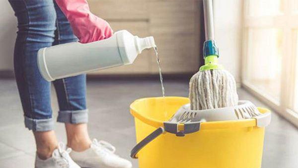 Chổi lau nhà bẩn, đen, hôi vì lâu lắm rồi bạn chưa vệ sinh, hãy nhúng ngay vào xô nước này để nó sạch thơm trở lại - Ảnh 1.
