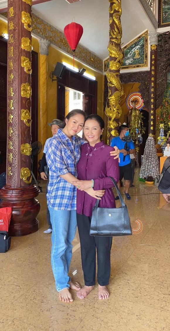 لو فونگ به دلیل نشان دادن عکس هایی از بازدید از معبد در وسط فصل همه گیری مورد انتقاد طرفداران مخالف قرار گرفت ، لو فونگ به سرعت توضیح داد - عکس 2.