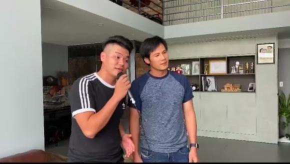 لو فونگ به دلیل نمایش عکس هایی از بازدید از معبد در وسط فصل همه گیری مورد انتقاد طرفداران مخالف قرار گرفت ، لو فونگ به سرعت توضیح داد - عکس 7.