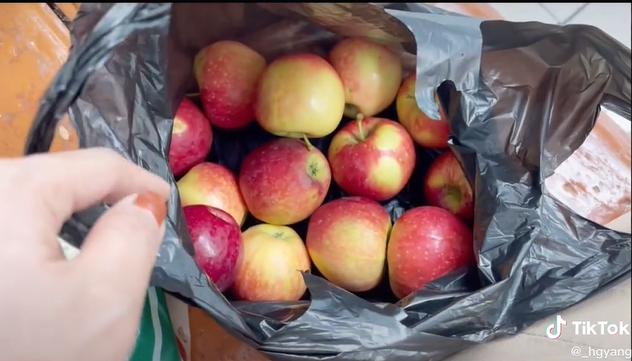 Cô gái mua 2 cân táo tưởng giá rẻ, không ngờ 1 cân ở Hàn Quốc hoàn toàn khác 1 cân ở Việt Nam - Ảnh 1.