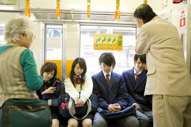 Ở Nhật người trẻ ít khi nhường ghế cho người già, lý do gì mà một đất nước hàng đầu về văn hóa ứng xử lại hành động như vậy? - Ảnh 1.