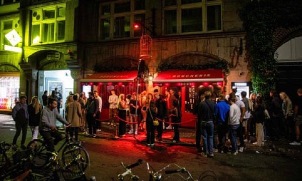 Hình ảnh mới nhất về đất nước đầu tiên của châu Âu thoát khỏi COVID-19: Hộp đêm, quán ăn, cửa hàng mở cửa tấp nập - Ảnh 8.