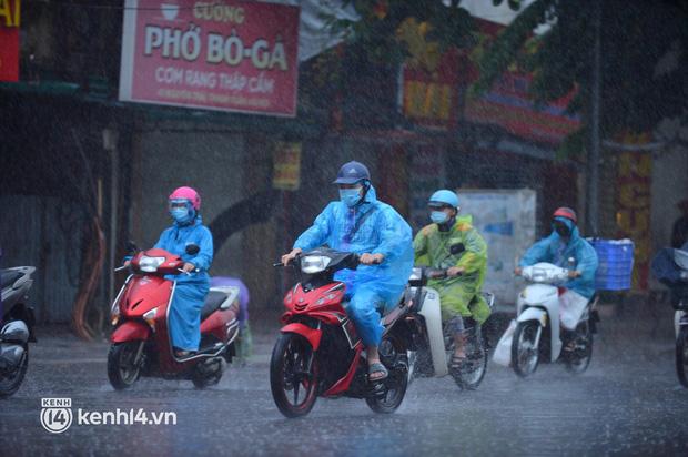 Người dân Hà Nội vật vã di chuyển trong cơn mưa tầm tã buổi sáng sớm - Ảnh 1.