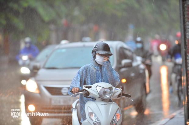 Người dân Hà Nội vật vã di chuyển trong cơn mưa tầm tã buổi sáng sớm - Ảnh 2.