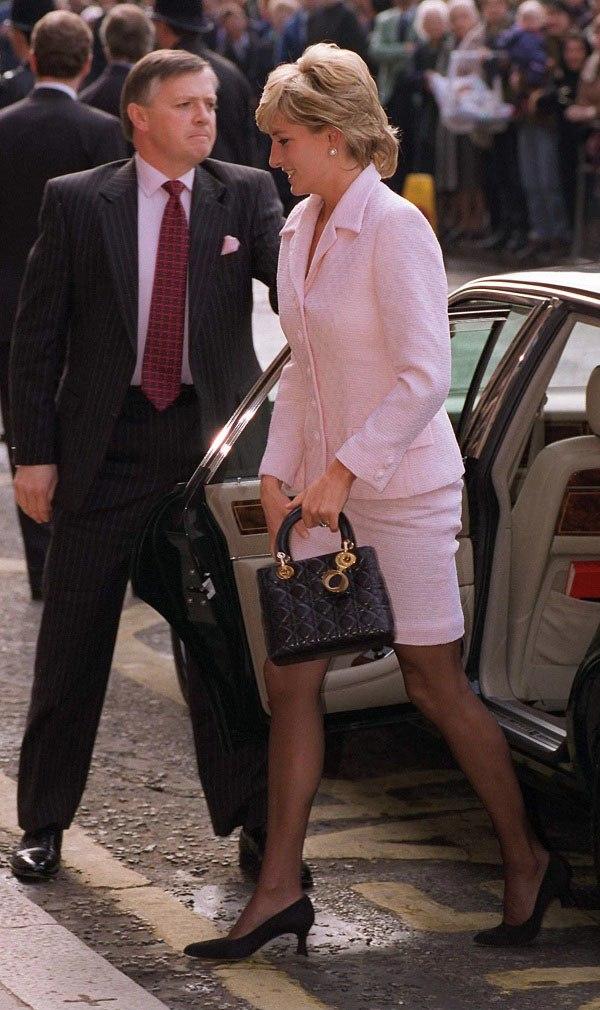 Bất chấp thời gian, 4 kiểu giày từng được Công nương Diana lăng xê đều là mốt bây giờ - Ảnh 12.