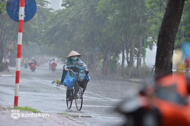 Người dân Hà Nội vật vã di chuyển trong cơn mưa tầm tã buổi sáng sớm - Ảnh 3.