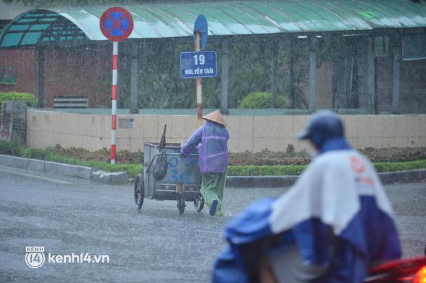 Người dân Hà Nội vật vã di chuyển trong cơn mưa tầm tã buổi sáng sớm - Ảnh 4.
