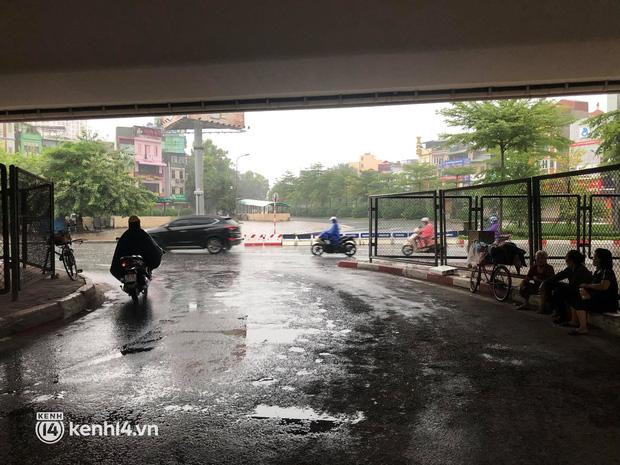 Người dân Hà Nội vật vã di chuyển trong cơn mưa tầm tã buổi sáng sớm - Ảnh 7.