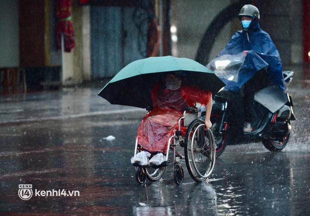 Người dân Hà Nội vật vã di chuyển trong cơn mưa tầm tã buổi sáng sớm - Ảnh 8.