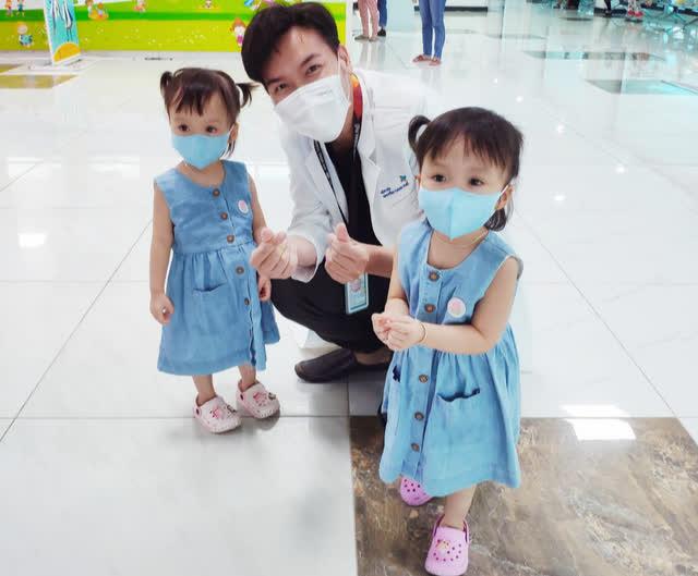 Hình ảnh mới cực đáng yêu của Trúc Nhi - Diệu Nhi khi đi tiêm chủng - Ảnh 2.