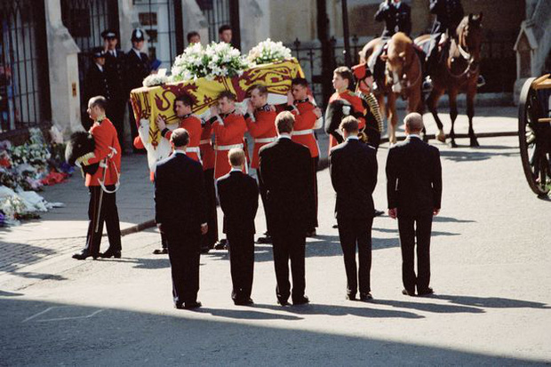 Anh em Hoàng tử William không được phép khóc và những chi tiết đau lòng ít ai biết tại tang lễ Công nương Diana 24 năm về trước - Ảnh 5.