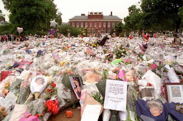 Anh em Hoàng tử William không được phép khóc và những chi tiết đau lòng ít ai biết tại tang lễ Công nương Diana 24 năm về trước - Ảnh 6.