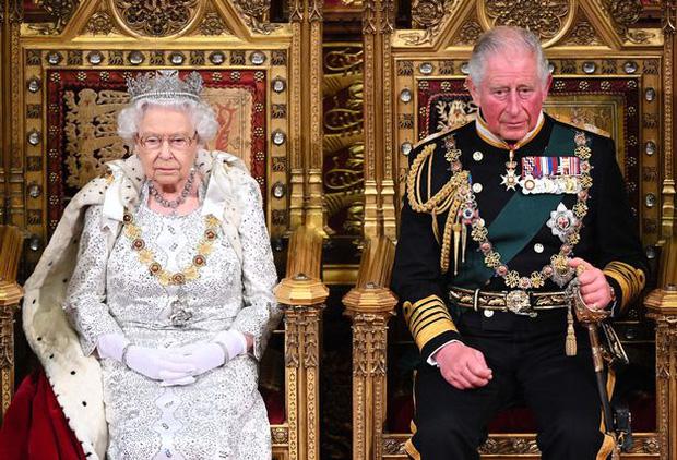 Ý định truyền ngôi cho con trai nhưng Nữ hoàng Anh lại bất đồng với Thái tử Charles về một vấn đề lớn, quyết còn sống sẽ không để xảy ra - Ảnh 1.