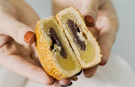 Các mẫu bánh Trung thu nhìn cái muốn mua ăn ngay vì ngon, đẹp và 6 cách ăn để không bị béo - Ảnh 8.