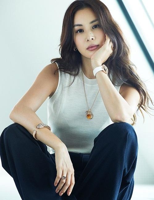 Phong cách hack tuổi của bà xã Jang Dong Gun - Ảnh 4.