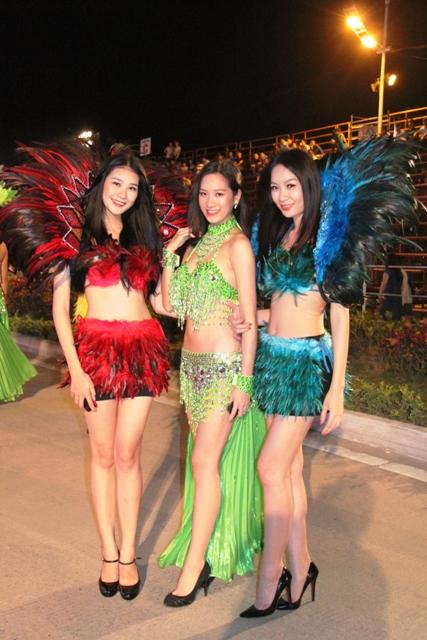 """Hoa hậu Thuỳ Dung và dàn người mẫu """"thiêu cháy"""" khán giả Carnaval Hạ Long 11"""