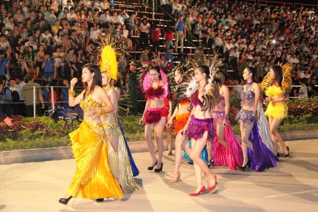 """Hoa hậu Thuỳ Dung và dàn người mẫu """"thiêu cháy"""" khán giả Carnaval Hạ Long 13"""