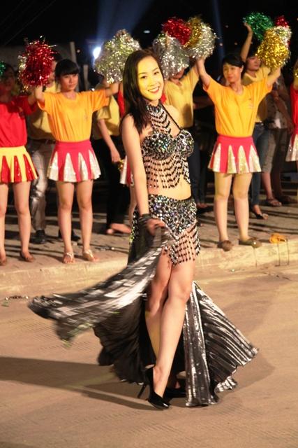 """Hoa hậu Thuỳ Dung và dàn người mẫu """"thiêu cháy"""" khán giả Carnaval Hạ Long 14"""