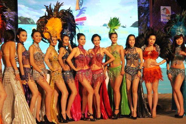 """Hoa hậu Thuỳ Dung và dàn người mẫu """"thiêu cháy"""" khán giả Carnaval Hạ Long 15"""