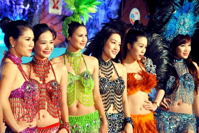 """Hoa hậu Thuỳ Dung và dàn người mẫu """"thiêu cháy"""" khán giả Carnaval Hạ Long 16"""