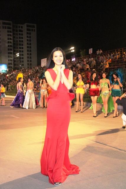 """Hoa hậu Thuỳ Dung và dàn người mẫu """"thiêu cháy"""" khán giả Carnaval Hạ Long 2"""