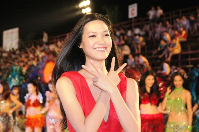 """Hoa hậu Thuỳ Dung và dàn người mẫu """"thiêu cháy"""" khán giả Carnaval Hạ Long 3"""