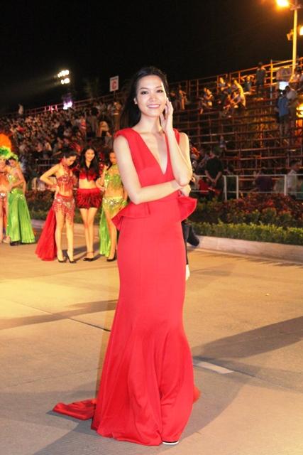 """Hoa hậu Thuỳ Dung và dàn người mẫu """"thiêu cháy"""" khán giả Carnaval Hạ Long 4"""