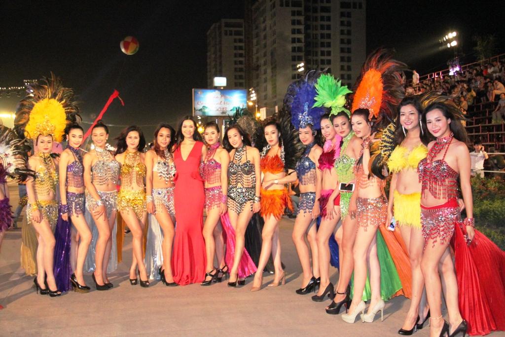 """Hoa hậu Thuỳ Dung và dàn người mẫu """"thiêu cháy"""" khán giả Carnaval Hạ Long 6"""