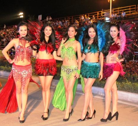 """Hoa hậu Thuỳ Dung và dàn người mẫu """"thiêu cháy"""" khán giả Carnaval Hạ Long 7"""