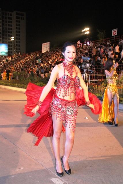 """Hoa hậu Thuỳ Dung và dàn người mẫu """"thiêu cháy"""" khán giả Carnaval Hạ Long 9"""