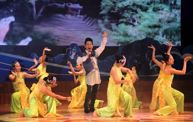 NSND Quang Thọ tỏa sáng trong đêm nhạc tại Hạ Long 18