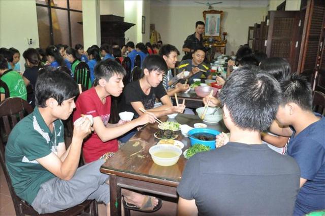 Sĩ tử ăn cơm chay, ngủ miễn phí ở Chùa Bằng 5