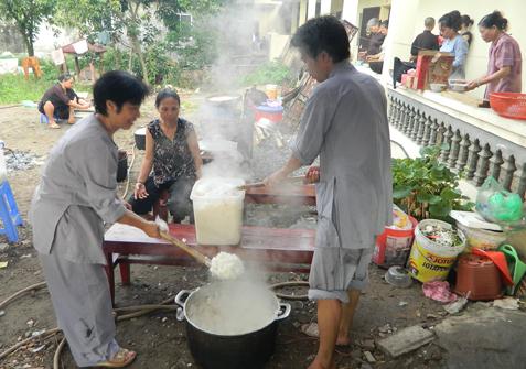 Sĩ tử ăn cơm chay, ngủ miễn phí ở Chùa Bằng 7
