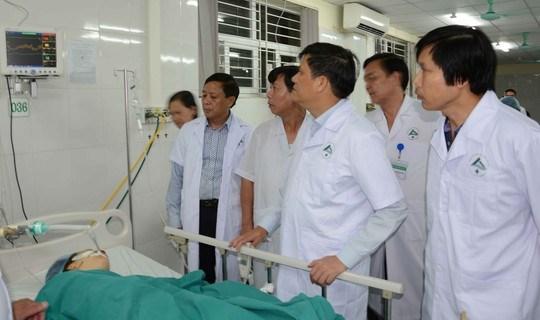 Tích cực cứu chữa nạn nhân vụ tai nạn giao thông tại Lào Cai 1