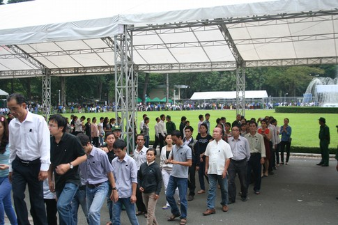 Nhiều người dân đi cả gia đình đến viếng Đại tướng 7