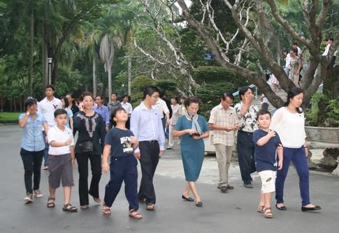 Nhiều người dân đi cả gia đình đến viếng Đại tướng 3