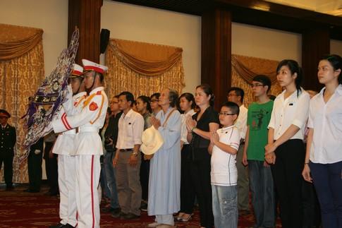 Nhiều người dân đi cả gia đình đến viếng Đại tướng 5