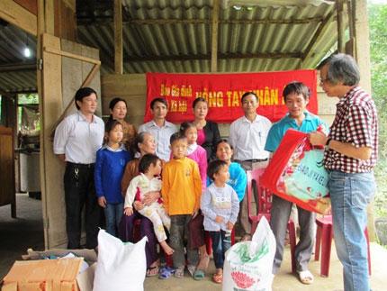 Giường, áo ấm và gạo đến với 5 em bé mồ côi lay lắt bên xóm núi 1