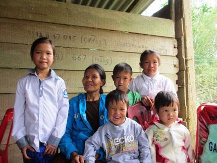Giường, áo ấm và gạo đến với 5 em bé mồ côi lay lắt bên xóm núi 6