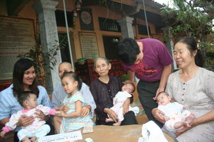 Hồn nhiên ánh mắt 5 em bé bị bỏ rơi ở cổng chùa 2
