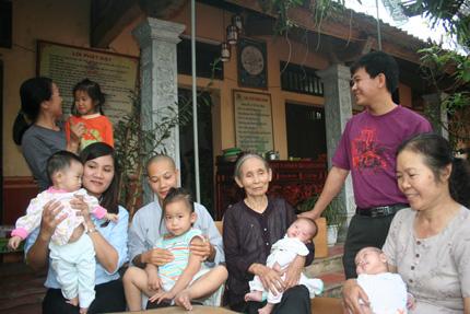Hồn nhiên ánh mắt 5 em bé bị bỏ rơi ở cổng chùa 3