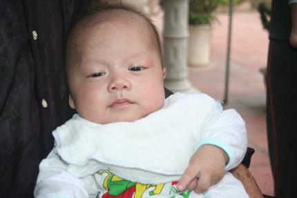 Hồn nhiên ánh mắt 5 em bé bị bỏ rơi ở cổng chùa 5