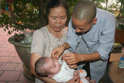Hồn nhiên ánh mắt 5 em bé bị bỏ rơi ở cổng chùa 8