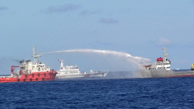 """Tàu cảnh sát biển """"tách"""" đội tàu Trung Quốc, bảo vệ ngư dân 1"""