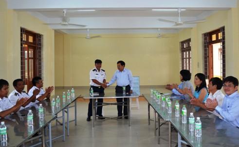 Tổng cục trưởng TC DS-KHHGĐ thăm và tặng quà các chiến sĩ Cảnh sát biển Việt Nam 3