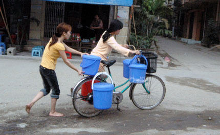 Rùng mình, nhiều người dân Hà Nội ăn… nước ao 1