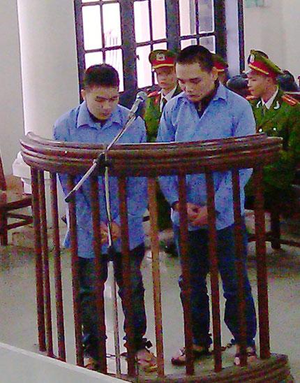 Xét xử vụ giết người tại Quảng Ninh: Gia đình nạn nhân ôm di ảnh bỏ về 2
