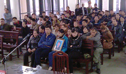 Xét xử vụ giết người tại Quảng Ninh: Gia đình nạn nhân ôm di ảnh bỏ về 1